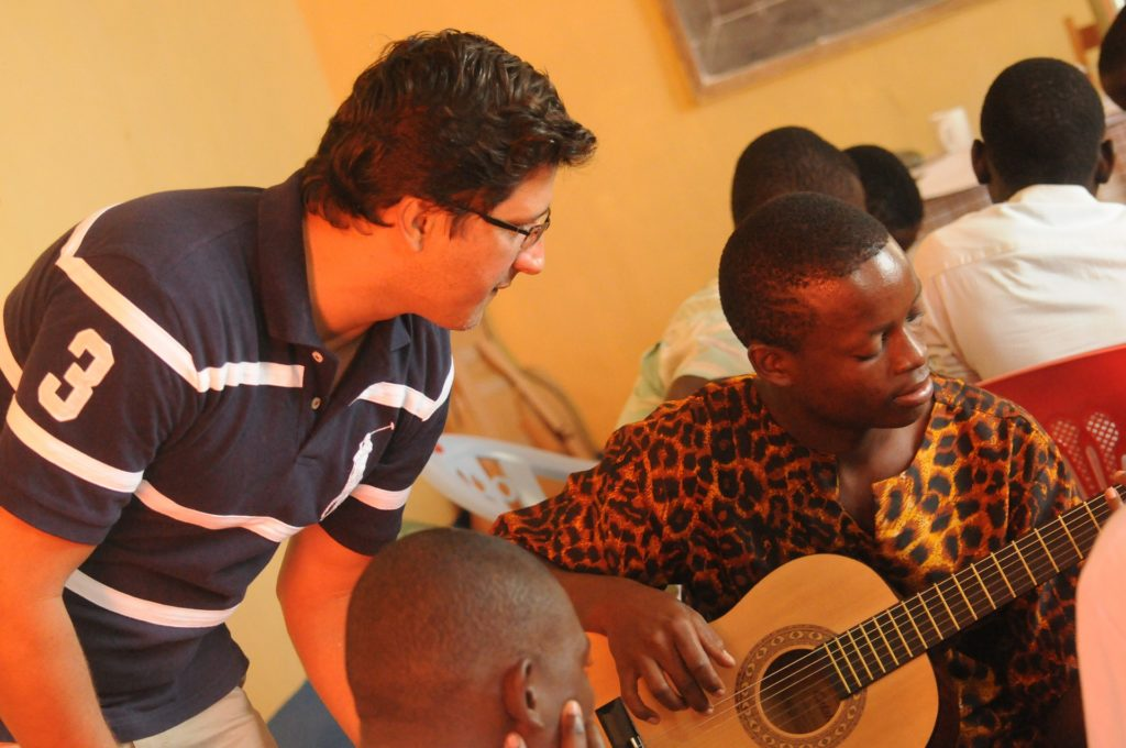Why should all budding guitarists take guitar lessons